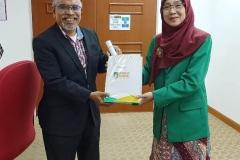 Pemberian-cenderamata-dari-FTKI-Unas-ke-Universiti-Putra-Malaysia