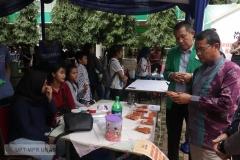 Dr. Drs. Zainul Djumadin, M.Si (Wakil Rektor Bidang Kemahasiswaan) & Drs. Suadi Sapta Putra, M.Si.M.(Kepala UPT-Kewirausahaan) di acara Bazar Kewirausahaan 2019