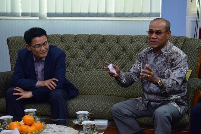 Rektor Universitas Nasional  Dr. El Amry Bermawi Putera. M.A  dengan Manager Of  King Sejong Institute saat membahas kerjasama