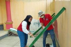 Mahasiswa saat mengecat bambu yang digunakan untuk kebutuhan KKL