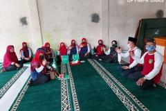 Para dosen saat berdiskusi dengan warga Desa Undrus Binangun, Kadudampit, Kecamatan Sukabumi, Jawa Barat.
