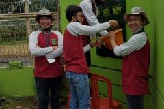Mahasiswa saat merias taman  balai desa sebagai kegiatan program KKL