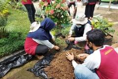 mahasiswa KKL sedang membuat taman dalam kegiatan KKL  di Undrus Binangun, Kadudampit, Kecamatan Sukabumi, Jawa Barat