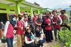mahasiswa dan dosen fakultas pertanian yang mengikuti program KKL di Undrus Binangun, Kadudampit, Kecamatan Sukabumi, Jawa Barat.  (3)