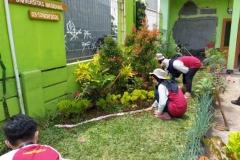 mahasiswa KKL sedang membuat taman di Undrus Binangun, Kadudampit, Kecamatan Sukabumi, Jawa Barat (3)