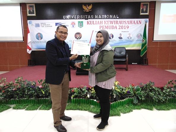 Kepala Inkubator Bisnis Wirausaha Mandiri  Universitas Nasional Drs. Suadi Sapta Putra, M.Si., M.Si.M (kiri) memberikan plakat kepada Owner Waida Farm Bogor Juwita Kuswara (kanan) pada acara Kuliah Kewirausahaan Pemuda 2019 di Aula Blok 1 lantai 4 UNAS, Senin (24/6)