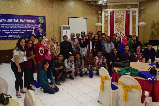 Sesi foto bersama seluruh narasumber dan peserta