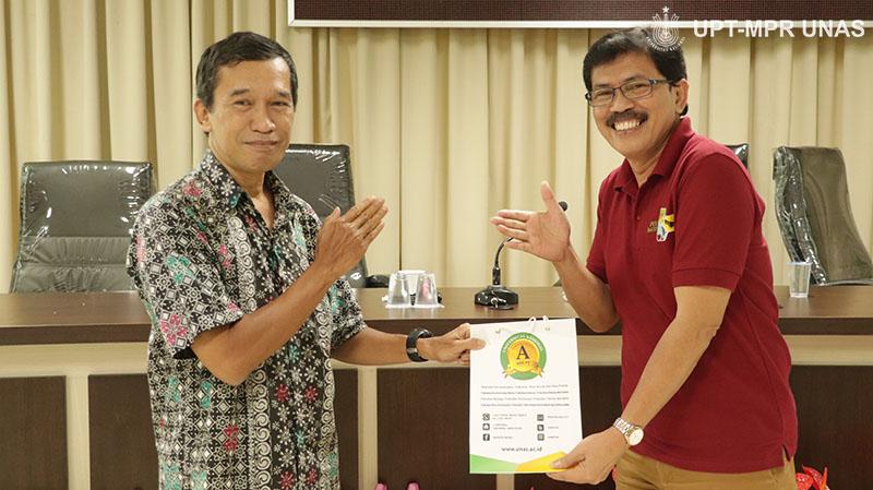 "DekanFakultas Biologi Dr. Tatang Mitra Setia, M.Si (Kiri) memberikan cinderamata kepada moderator Bambang (kanan) pada Ruang Diskusi dengan tema ""Virologi dan Epidemiologi Covid-19"" pada Sabtu (7/3) di Menara UNAS lantai 3, Ragunan."
