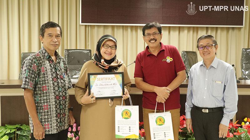 (Kiri-kanan) Dekan Fakultas Biologi Dr. Tatang Mitra Setia, M.Si., Dekan Fakultas Ilmu Kesehatan Dr. Retno Widowati, M.Si. Moderator Bambang, Dosen Fakultas Biologi Drs. Yeremiah R. Tjamin, M.Si
