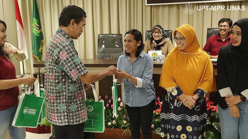 Pemberian cinderamta kepada peserta ruang diskusi dengan pertanyaan terbaik yang diberikan oleh Dekan Fakultas Biologi Dr. Tatang Mitra Setia, M.Si.