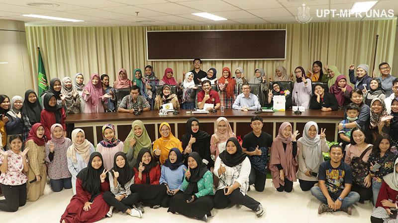 "Foto bersama seluruh narasumber, panitia, dan peserta pada Ruang Diskusi dengan tema ""Virologi dan Epidemiologi Covid-19"" pada Sabtu (7/3) di Menara UNAS lantai 3, Ragunan."
