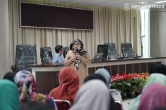 """Dekan Fakultas Ilmu Kesehatan Dr. Retno Widowati, M.Si saat menjelaskan asal muasal  virus Corona ini menyebar di depan peserta Ruang Diskusi dengan tema """"Virologi dan Epidemiologi Covid-19"""" pada Sabtu (7/3) di Menara UNAS lantai 3, Ragunan."""