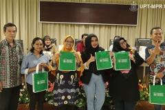 Foto bersama peserta dengan penanya terbaik dengan DekanFakultas Biologi Dr. Tatang Mitra Setia, M.Si