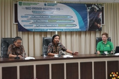 (Kiri-kanan) Discussant Dr. Ahmad Yanuar M.Phil., (Tropical Biodiversity Conservation Center, Universitas Nasional),  Moderator Dr. Sugardjito (Center For Sustainable Energy and Resources Management, Universitas Nasional), Peneliti dari Oxford Brookes University, UK Dr. Susan M. Cheyne.