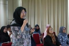 """Peserta memberikan pertanyaan kepada narasumber pada acara The Public Lecture on """"Borneo Mammals"""" di Ruang Seminar lantai 3 menara 1 UNAS, Senin (16/9)"""