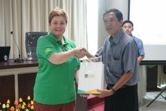 "Ketua Program Studi Magister Biologi Dr. Tatang Mitra Setia, M.Si (kanan) memberikan cinderamata kepada speaker pada acara The Public Lecture on ""Borneo Mammals"" Dr. Susan M. Cheyne (kiri) yang juga Peneliti dari Oxford Brookes University, UK"