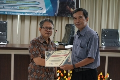 Pemberian sertifikat kepada Discussant Dr. Ahmad Yanuar M.Phil., (Tropical Biodiversity Conservation Center, Universitas Nasional) yang diberikan langsung oleh Ketua Program Studi Magister Biologi Dr. Tatang Mitra Setia, M.Si. (kanan)