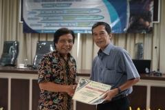 "Ketua Program Studi Magister Biologi Dr. Tatang Mitra Setia, M.Si. (kanan) memberikan sertifikat kepada Moderator Dr. Sugardjito (kiri) pada acara The Public Lecture on ""Borneo Mammals"" di Ruang Seminar lantai 3 menara 1 UNAS, Senin (16/9)"