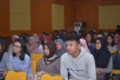 para mahasiswa sedang mendengarkan pemateri