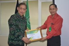unas memberikan penghargaan kepada pembicara