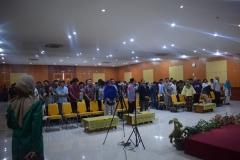 peserta seminar sedang menyanyikan lagu indonesia raya