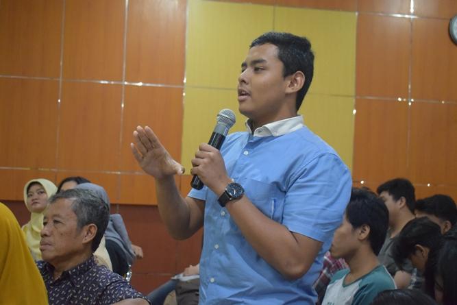 salah satu peserta sedang bertanya dalam seminar