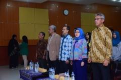 Dekan FISIP, dosen, dan pembicara saat menyanyikan lagu indonesia raya dalam acara kuliah umum HI