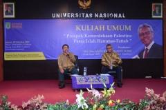 Moderator dan pembicara saat akan menyampaikan materi dalam kuliah umum HI