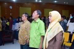 dosen FISIP sedang menyanyikan lagu indonesia raya dan mars UNAS dalam acara kuliah umum HI