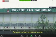 Menyanyikan lagu Mars Universitas Nasional dalam pembukaan kuliah umum