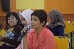 """Mahasiswa memberikan pertanyaan kepada para pemateri saat sesi tanya jawab pada kegiatan kuliah umum """"The Gendered Nature of Ecosystem Services"""" di Aula Blok 1 lantai 4 Universitas Nasional, (22/3)"""