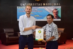 "Kepala Prodi Magister Biologi ,Dr. Tatang Mitra Setia, M.Si. (kanan) memberikan cinderamata kepada Peneliti University of Exeter, United Kingdom Dr. Matt Fortnam pada kegiatan kuliah umum ""The Gendered Nature of Ecosystem Services"" di Aula Blok 1 lantai 4 Universitas Nasional, (22/3)"