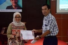 """Kepala Prodi Magister Biologi ,Dr. Tatang Mitra Setia, M.Si. (kanan) memberikan sertifikat kepada Direktur Pusat Riset Primata (PRP) UNAS, Sri Suci Utami Atmoko Ph.D  (kiri) sebagai moderator pada kegiatan kuliah umum """"The Gendered Nature of Ecosystem Services"""" di Aula Blok 1 lantai 4 Universitas Nasional, (22/3)"""