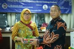 Ketua Program StudiMagister Ilmu Manajemen Dr. I Made Adnyana, SE., M.M. (kanan) memberikan plakat kepada narasumber