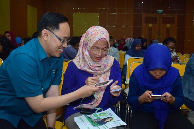 Pihak Pegadaian saat menjelaskan tentang aplikasi pegadaian kepada mahasiswa