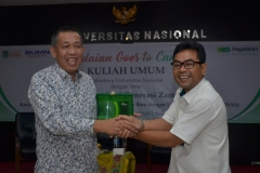 Wakil Rektor Bidang Kemahasiswaan Dr. Drs. Zainul Djumadin, M.Si saat memberikan plakat kepada pihak pegadaian