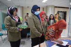 Mahasiswa pascasarjana dari STIA Bina Benua Banjarmasin sedang mengisi absen dalam kuliah umum