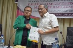 Penyematan cinderamata oleh sekolah pascasarjana UNAS kepada STIA Bina Benua