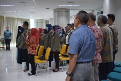 para hadirin dalam kuliah umum sedang menyanyikan lagu indonesia raya