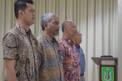 para tamu undangan dari UNAS sedang menyanyikan lagu Indonesia Raya