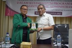 pemberian cinderamata kepada sekolah pascasarjana UNAS dari STIA Bina Benua