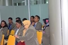 salah satu mahasiswa pascasarjana dari STIA Bina Benua sedang memberikan pertanyaan dalam kuliah umum