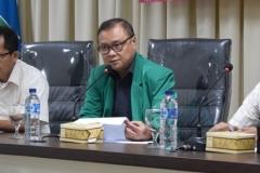 wakil direktur sekolah pascasarjana UNAS Drs Firdaus Syam sedang memberikan sambutan dalam kuliah umum
