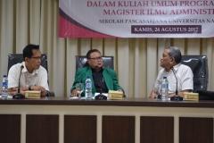 Dr Rusman (kiri), Drs Firdaus Syam (tengah) dan Dr Murakhman(kanan) sedang berbincang dalam kuliah umum