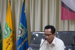 Dr. Rusman Ghazali, M.Si. sedang memberikan sambutan dalam acara kuliah umum program studi administrasi negaar