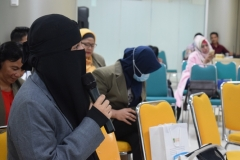Lidya, salah satu mahasiswa pascasarjana dari STIA Bina Benua sedang memberikan pertanyaan dalam kuliah umum