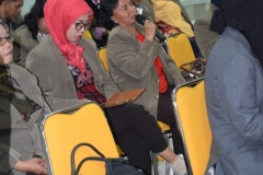 Lusi, salah satu mahasisswa pascasarjana STIA Bina Benua sedang memberikan pertanyaan dalam kuliah umum