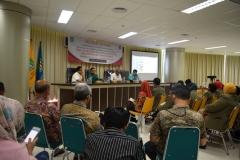 mahasiswa pascasarjana dari STIA Bina Benua Banjarmasin sedang mendengarkan sambutan dari Wakil Direktur Sekolah Pascasarjana UNAS