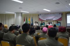 mahasiswa pascasarjana dari STIA Bina Benua sedang mendengarkan sambutan dari Drs Firdaus Syam