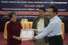 Pemberian sertifikat kepada narasumber Guru Besar Universitas Indonesia Prof. Riris K.Toha Sarumpaet, Ph.D (kiri) yang diberikan oleh Dekan Fakultas Bahasa dan Sastra Drs Somadi, M.Pd (kanan)